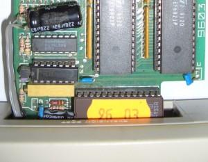 Hier sieht man, warum der Kondensator etwas verlagert wurde.