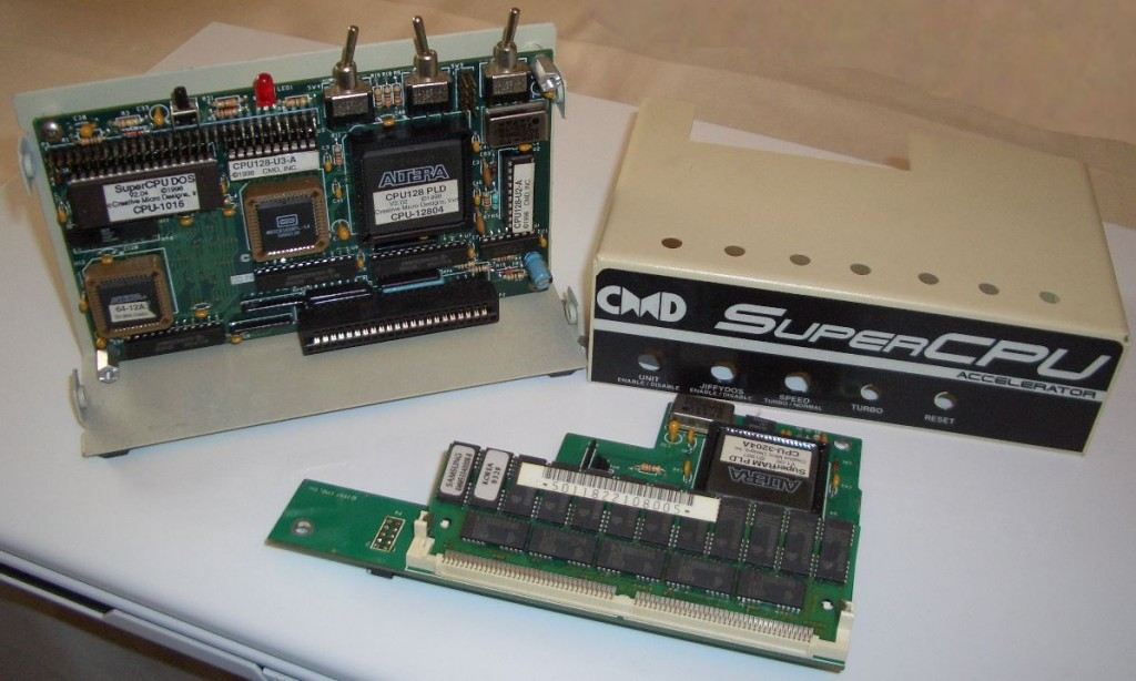 SuperCPU (linksoben), Gehäuse und SuperRAM-Card mit 16MB.