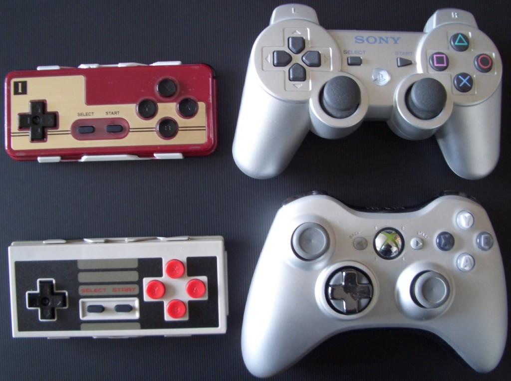 Größenvergleich FC30, NES30, PS3-Pad und XBox-360 Controller