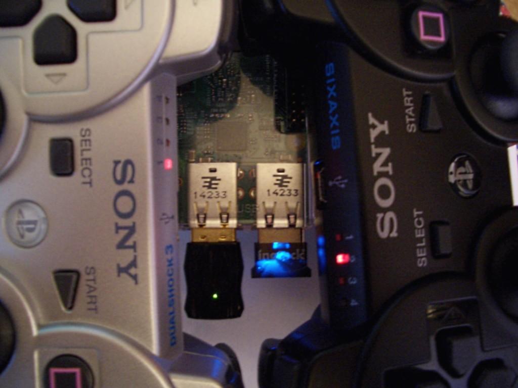 Zwei PS3-Controller sind über Bluetooth mit dem Pi verbunden.